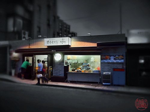 """Nighthawks"" for dumplings, Bukchon, Seoul"