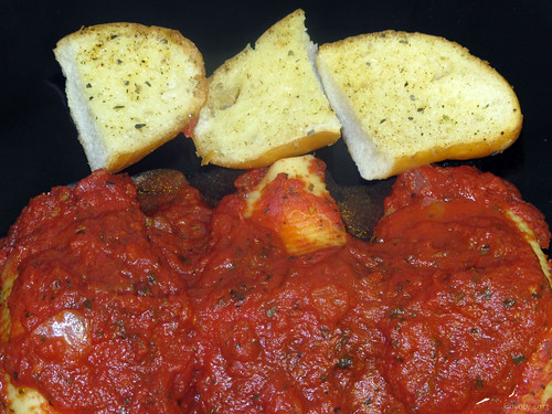 Baked stuffed shells and garlic bread by Coyoty