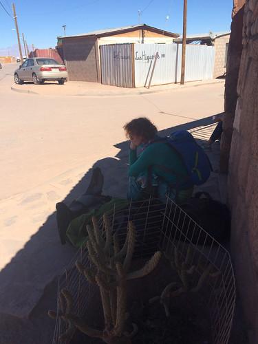 San Pedro de Atacama: à la porte depuis 40 minuntes car personne n'est là pour nous ouvrir ;)