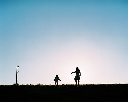 "sunset backlight pentax hill daughter mother fujifilm mayu pentax67 fujipro400 pentax67ⅱ バケペン ""mediumformat"" 石川祐樹 ""japanesephotographer"" ""butterflyheart"" 蝶々の心臓"