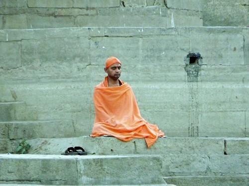 Hombre rezando en uno de los ghats de Benarés (Varanasi, India)