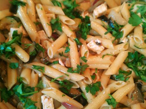 pasta met feta en gegrilde groenten.