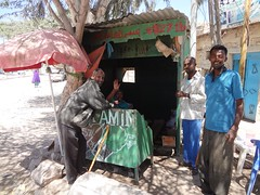 Habitantes de Hargeisa numa loja de khat em Hargeisa