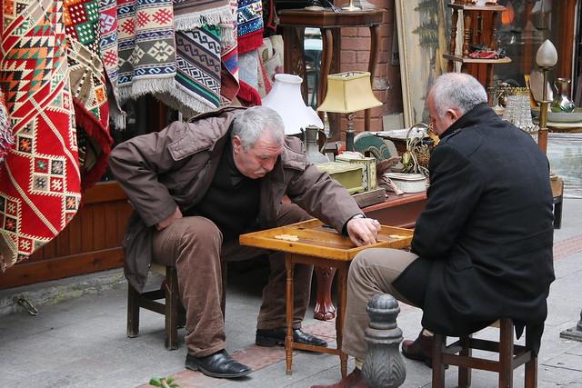 Men playing backgammon in Kadikoy, Istanbul, Turkey カドゥキョイ、路上でバックギャモンをするおじさんたち