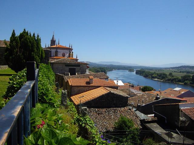 Terrasse sur le Miño, enceinte de la cathédrale, Tui, province de Pontevedra, Galice, Espagne.,