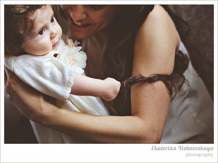 фотограф Екатерина Вишневская, хороший детский фотограф, семейный фотограф, домашняя съемка, студийная фотосессия, детская съемка, малыш, ребенок, съемка детей, кудри, кудряшки, мама с дочкой, ребёнок на руках, красивый портрет, материнство, счасье, объятия, касивая мама, фотограф москва