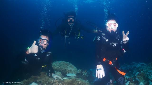 初体験ダイビングのお二人は何度撮影してもカメラを見てくれません。。w