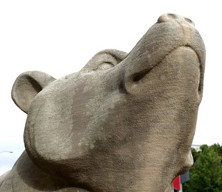 Bilde av Peabody Opera House. bear sculpture stature head stone stlouis peabody opera house auditorium stl art