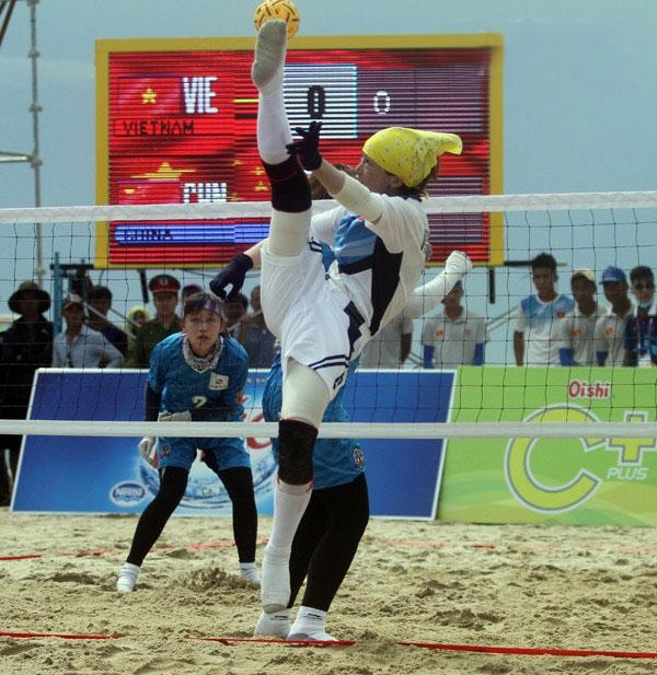Với chiến thắng 2-0 trước đội tuyển Trung Quốc (áo xanh), đội tuyển Cầu mây nữ Việt Nam (áo trắng, nội dung 3 người) sẽ vào tranh chung kết cùng Myanmar. Ảnh: ANH VŨ