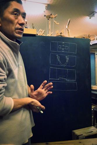箱子的提把有三種做法。一)是右下角的示範作品那種,做法是現打兩個洞,再用線鋸機把中段切除。二)麻繩提把,做法是打兩個小洞,直接穿線而成。三)上層邊條直接切掉一塊,配合上下邊條的距離來做成把手。