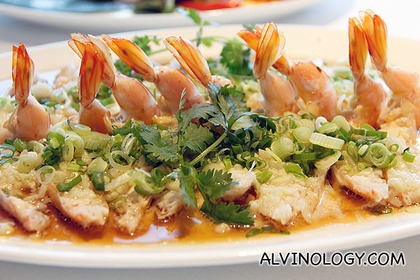 金银蒜蒸生虾 Steamed, live prawns, minced garlic (Market price)