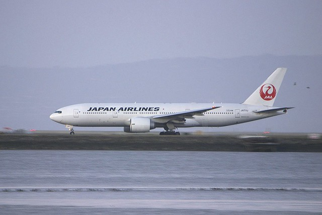 JAL Boeing 777 -200 accelerating... passing birds... thank you, Nikon!