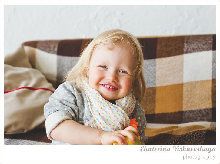 фотограф Екатерина Вишневская, хороший детский фотограф, семейный фотограф, домашняя съемка, студийная фотосессия, детская съемка, малыш, ребенок, съемка детей, фотография ребёнка, девочка, красота, милый ребёнок, шарфик, горошек, смех, плед в клетку, блондинка, красивый портрет, фотограф москва