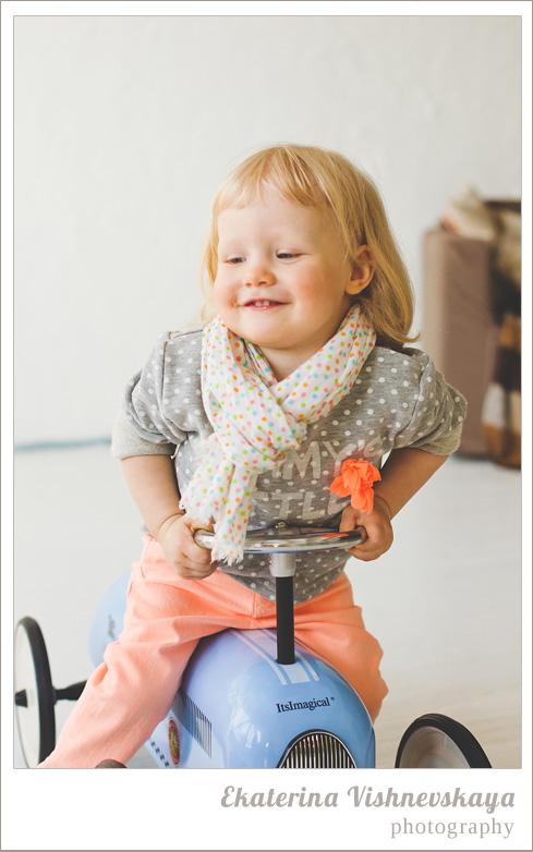 фотограф Екатерина Вишневская, хороший детский фотограф, семейный фотограф, домашняя съемка, студийная фотосессия, детская съемка, малыш, ребенок, съемка детей, фотография ребёнка, девочка, красота, милый ребёнок, счастье, игра, радость, велосипед, самокат, шарфик, портрет, горошек, фотограф москва