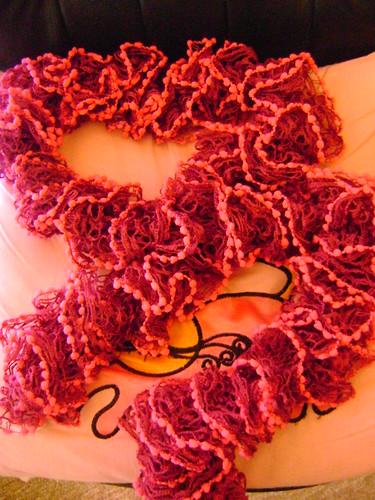 Cachecol Linha PomPom Tons Rosa, disponivel também em vermelho e Azul by Ana Tarequita