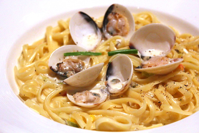 Liguine alle Vongole noodles with littleneck clams in cream sauce and parsley