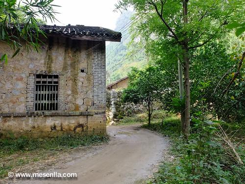 practicando senderismo por el area de Xingping