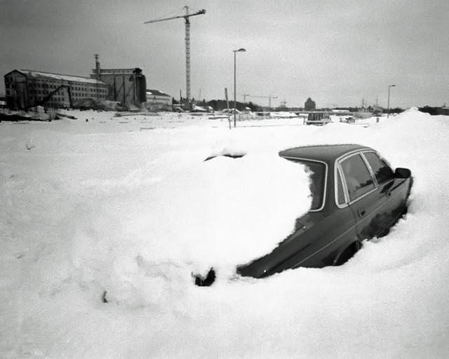 Coche enterrado en la nieve