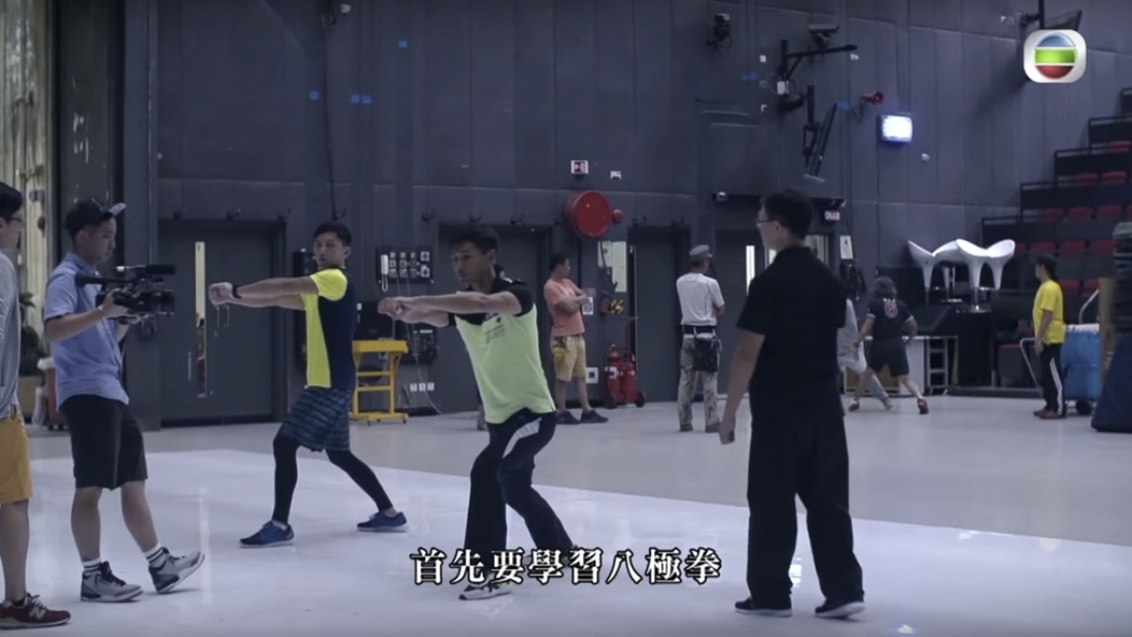 袁偉豪(黃衣)與陳展鵬(中間位置)在《城寨英雄》開鏡之前,先花了兩個月時間學習八極拳,這麼一着,注定他們不能Hea演,不然什麼都沒有意義。(mytv截圖)