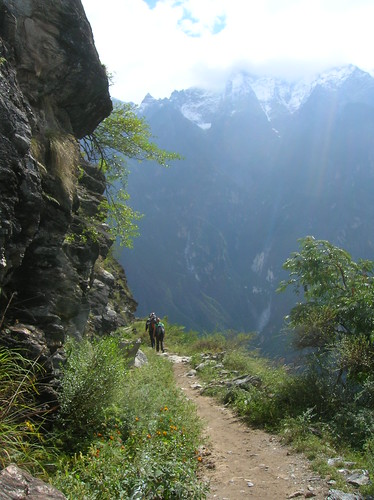 People on the trail in the Tiger Leaping Gorge