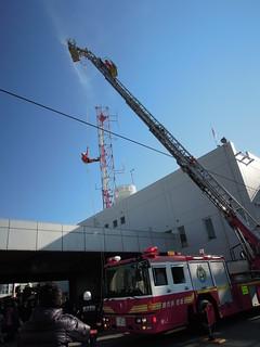 201301_蕨市出初式 はしご車からの垂直効果デモ