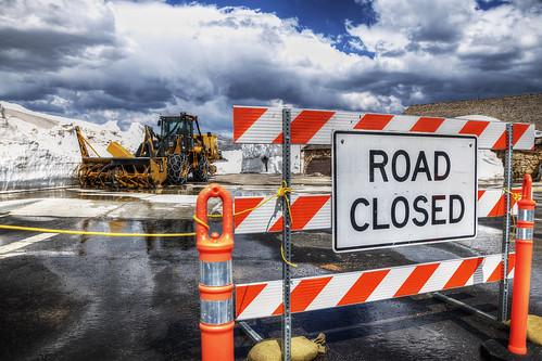 雪のため通行止め Road Closed Due to Heavy Snow