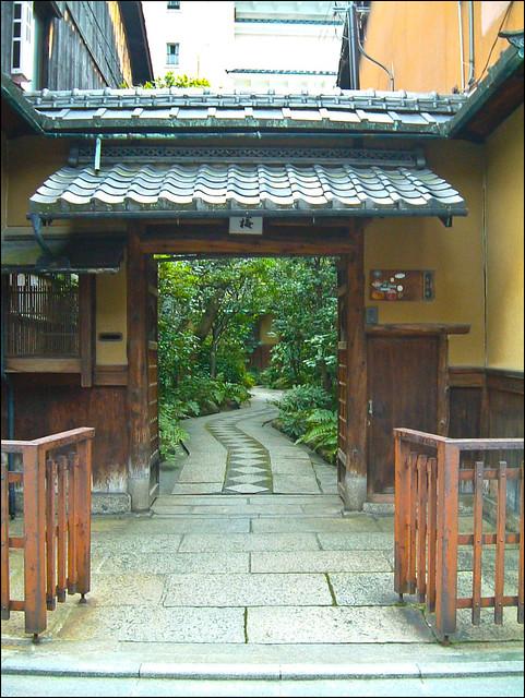 Entrada de la okiya Masuume en Gion
