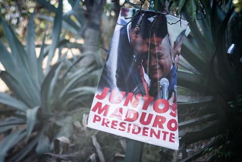 Afiches de propaganda politica donde aparecen Niculas Maduro y Diosda