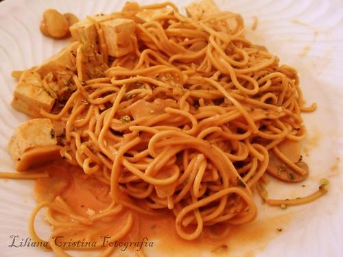 Noodls com tofu e cogumelos