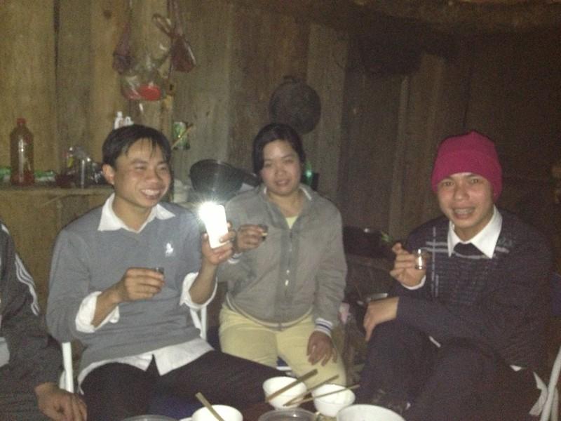 Bữa tiệc không đèn, cái điện thoại của tay nhà báo thắp sáng cả mâm