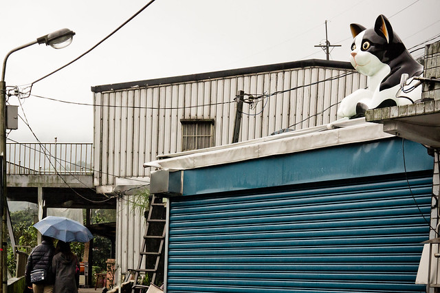 Giant cat statue on roof