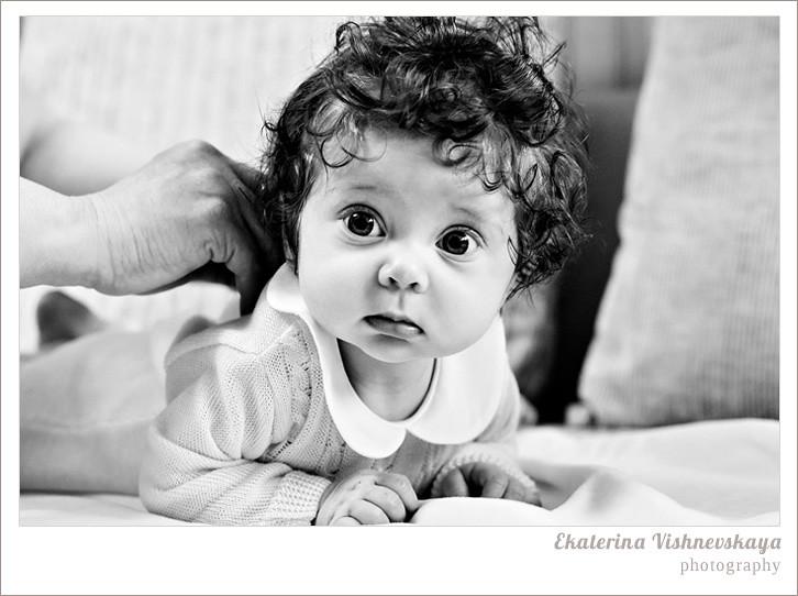 фотограф Екатерина Вишневская, хороший детский фотограф, семейный фотограф, домашняя съемка, студийная фотосессия, детская съемка, малыш, ребенок, съемка детей, кудри, кудряшки, чёрно-белое фото, красивые глаза, красивый портрет, фотограф москва