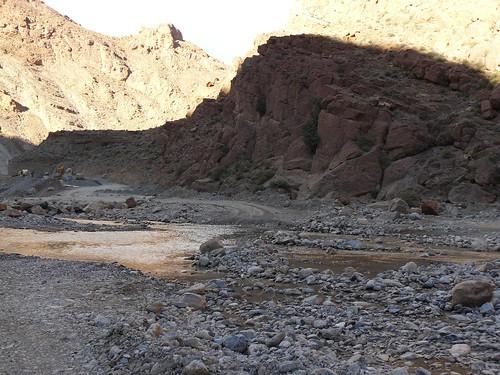 Un río en mitad de la carretera (Atlas Medio, Marruecos)