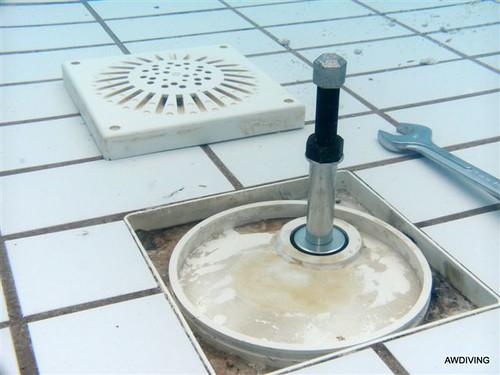 Duikbedrijf :Zwembad uitlaat afdichten met hoge drukstop