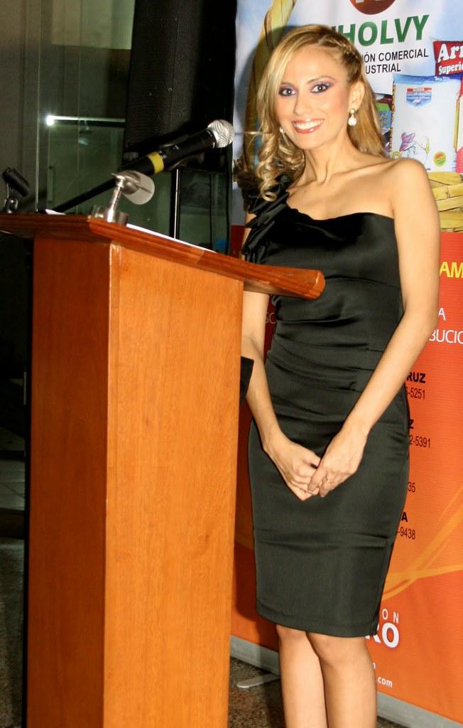 Andrea Cuellar de maestra de ceremonias en un evento / Andrea Cuellar as master of ceremonies at an event