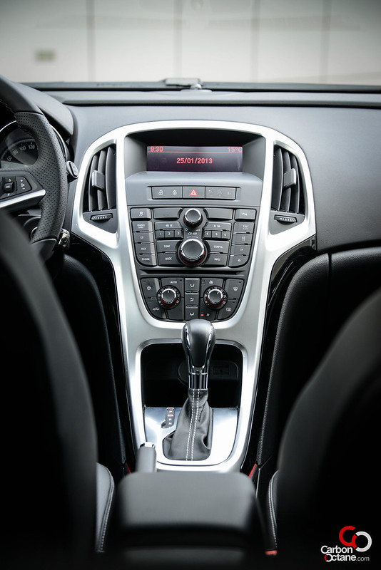 2013 - Opel Astra GTC center console.jpg