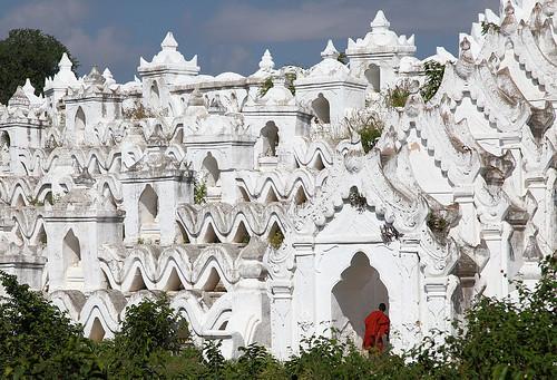 travel white architecture temple reisen southeastasia burma buddhist monk architektur myanmar birma tempel pagode mönch mingun birmanie weis anymotion 2013 buddhistisch hsinbyumepagoda canoneos5dmarkii 5d2 hsinbyumepagode myatheindanpagoda