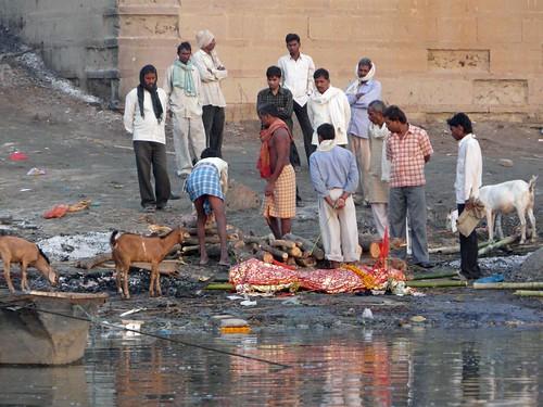 Preparando una cremación en Harishchandra ghat, Benarés (Varanasi, India)