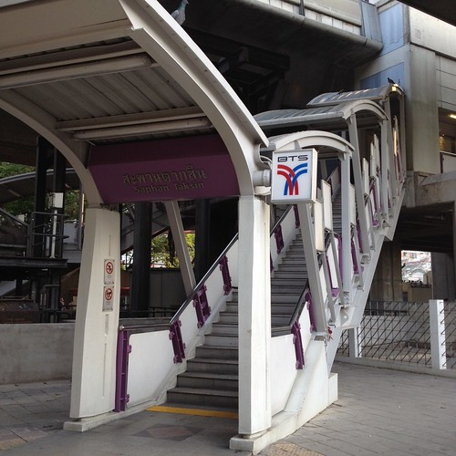 BTSのサパーンタークシン駅 by haruhiko_iyota