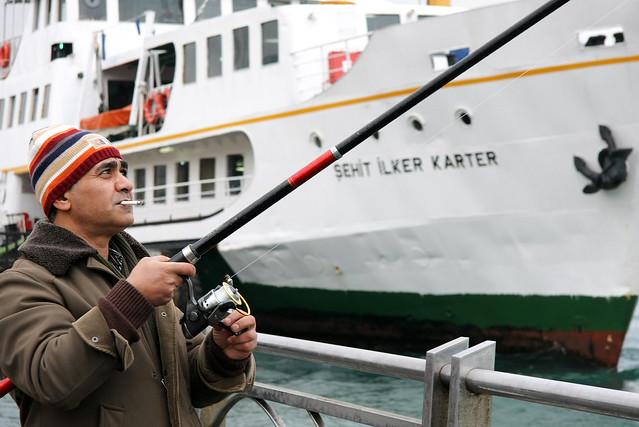 Angler in Eminonu, Istanbul, Turkey イスタンブール、エミノニュの釣り人