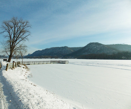park winter white snow nature minnesota midwest scenery day winona lakepark snowcovered fozen bluffland pwwinter pwpartlycloudy