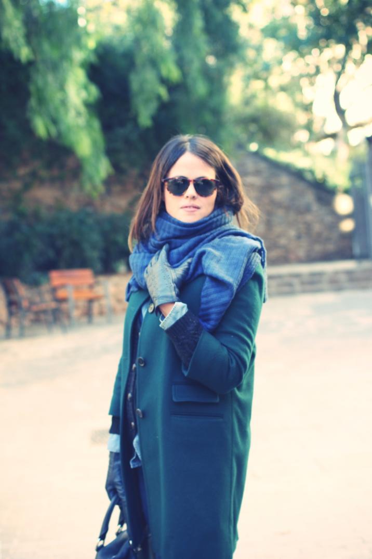 LOOK: Abrigo verde + bufnada azul - Monicositas