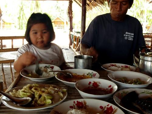 פאפא והנכדה בארוחה שאליה הוזמנתי כשהמסעדה היתה סגורה לשיפוצים