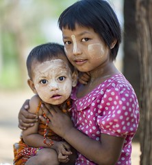 [Free Images] People, Children - Little Girls, Brother / Sister, Burmese People, People - Two Persons ID:201303181200