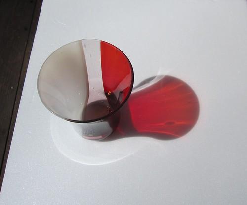 レッド&ホワイトのグラス・・・口径84㎜、高さ94㎜ by Poran111