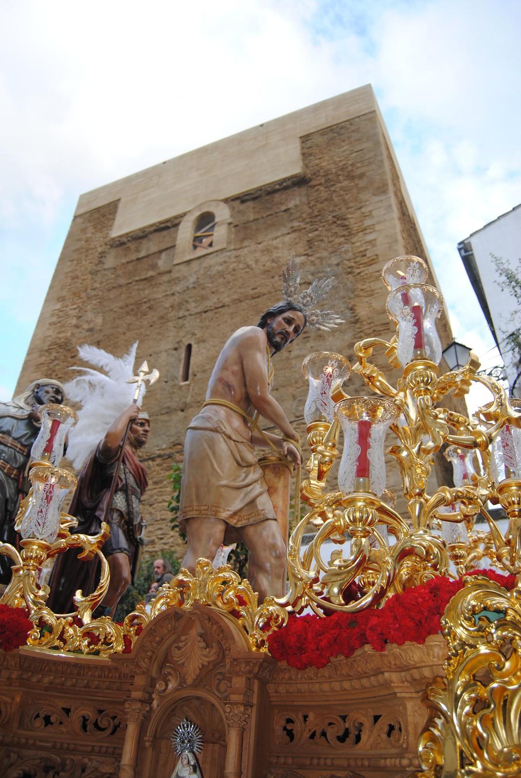 Jueves Santo. Amarrao a la Columna. El trono del Amarrao a la Columna porta al Cristo, el sayón y el romano. Aquí lo vemos pasando bajo la imponente Torre del Homenaje. FOTO: ÁNGEL MEDINA LAÍN