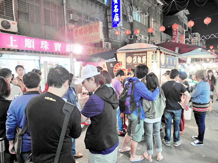 Raohe Night Market queuing