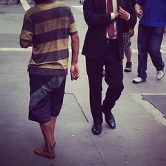 Contraste comum aqui na Paulista. O Mulambo e o Executivo. Qual você tem mais medo?