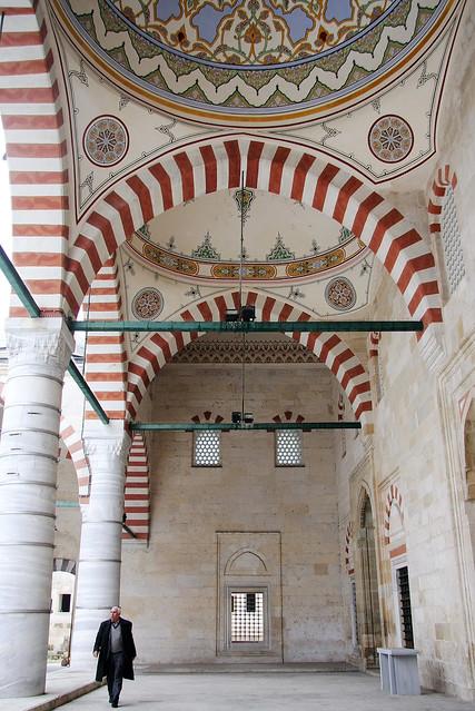 A man walking in the gallery of Üç Şerefeli Mosque, Edirne, Turkey エディルネ、ユチュ・シェレフェリ・モスクの回廊を歩く男性