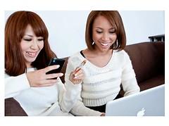ネットショッピングを楽しむ女性